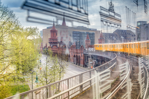Focus On Background「Germany, Berlin, view out of a subway train crossing the Oberbaumbruecke」:スマホ壁紙(5)