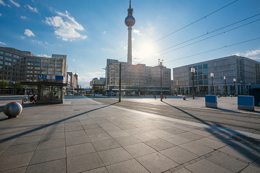 Power Line「Germany, Berlin, Sun shining over empty Alexanderplatz during COVID-19 pandemic」:スマホ壁紙(19)