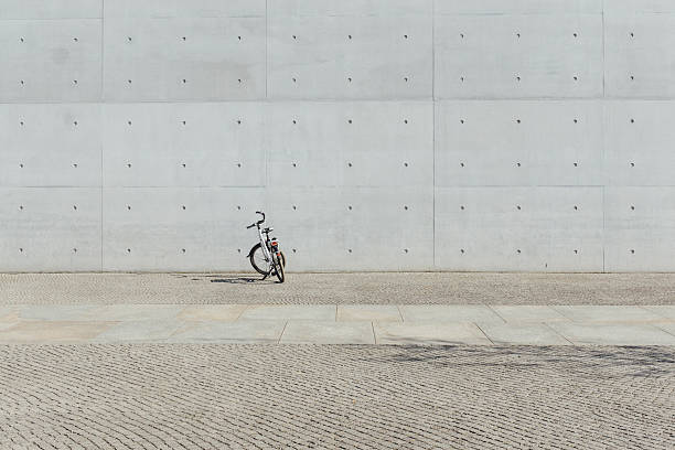 Germany, Berlin, bicycle parking in front of concrete wall at government district:スマホ壁紙(壁紙.com)