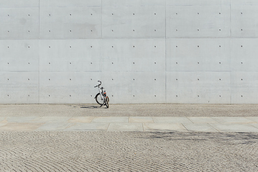 Bicycle「Germany, Berlin, bicycle parking in front of concrete wall at government district」:スマホ壁紙(6)