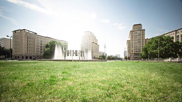 Germany, Berlin, View of city from lawn:スマホ壁紙(壁紙.com)