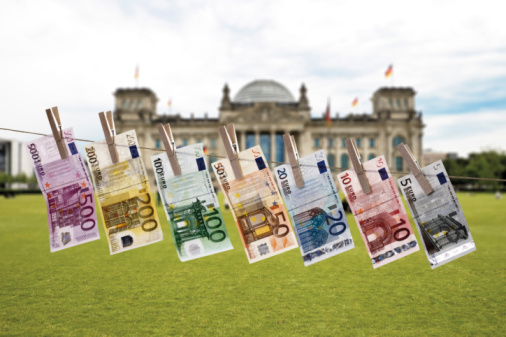 The Reichstag「Germany, Berlin, Euro bank notes hanging on clothesline, Reichstag building in background」:スマホ壁紙(14)