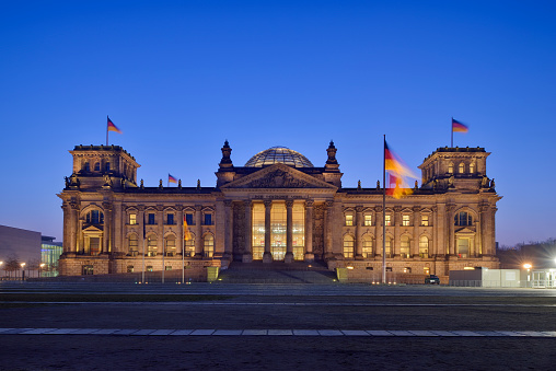The Reichstag「Germany, Berlin, Reichstag building illuminated at dus」:スマホ壁紙(8)