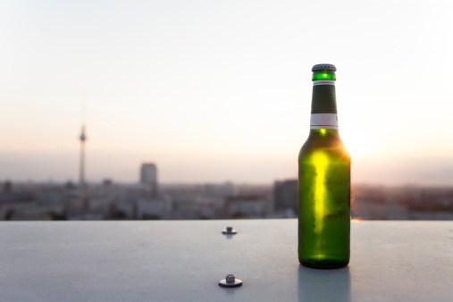 Balustrade「Germany, Berlin, Bottle of beer on balustrade」:スマホ壁紙(0)