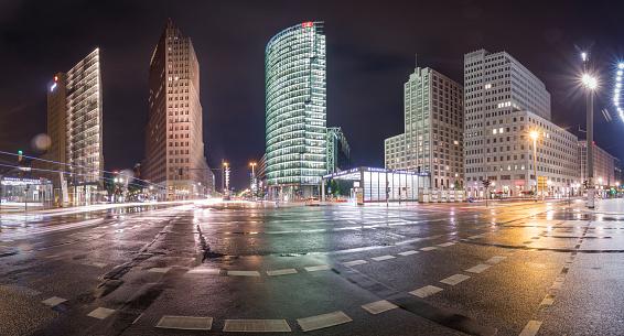雨「Germany, Berlin, Panoramic view of Potsdamer Platz during a rainy night」:スマホ壁紙(10)