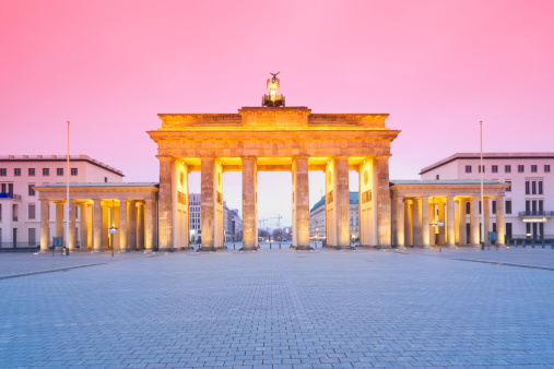 Town Square「Germany, Berlin Brandenburg Gate in the evening」:スマホ壁紙(6)