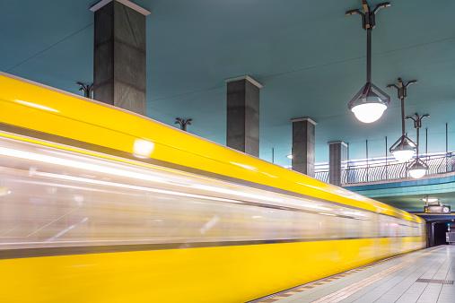 Passenger Train「Germany, Berlin, subway station Lindauer Allee with moving underground train」:スマホ壁紙(1)