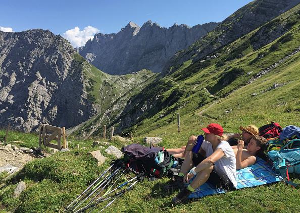 Tourism「Hikers In Karwendel Montain Range」:写真・画像(16)[壁紙.com]