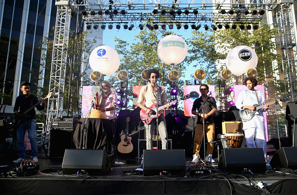 Joe Scarnici「Annenberg Foundation And KCRW's 'Sound In Focus' Concert With Edward Sharpe And The Magnetic Zeros, And Imarhan In Century Park」:写真・画像(5)[壁紙.com]
