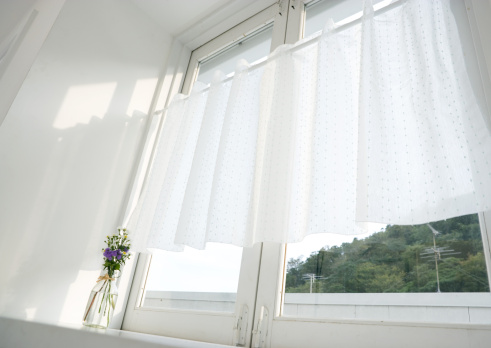 Low Angle View「Window」:スマホ壁紙(9)