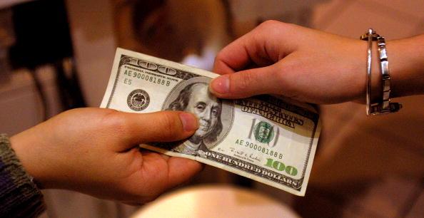 American One Hundred Dollar Bill「Shoppers Hunt for Post Holiday Bargains in Austin」:写真・画像(2)[壁紙.com]
