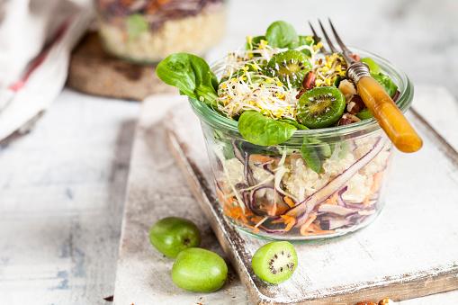 Quinoa「Quinoa salad with lamb's lettuce, cabbage, mini kiwi and hazelnuts」:スマホ壁紙(14)
