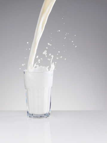 Pouring「Milk splashing in full glass」:スマホ壁紙(19)