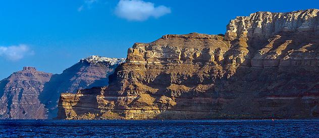 サントリーニ島「Santorini Cliffs with Oia village in distance」:スマホ壁紙(7)