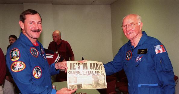 Hubble Space Telescope「Curtis L. Brown Jr. and Payload Specialist John H. Glenn Jr.」:写真・画像(5)[壁紙.com]