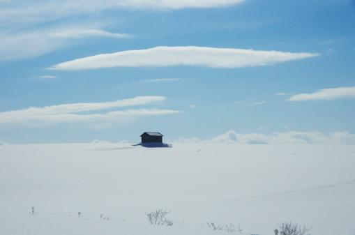 雪景色「Hut In Snow Field」:スマホ壁紙(2)