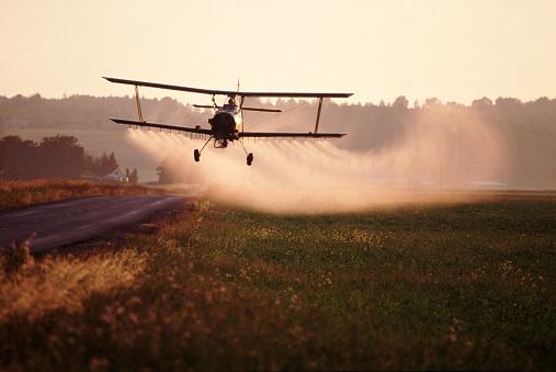Spraying「Crop-Dusting a Field」:スマホ壁紙(1)