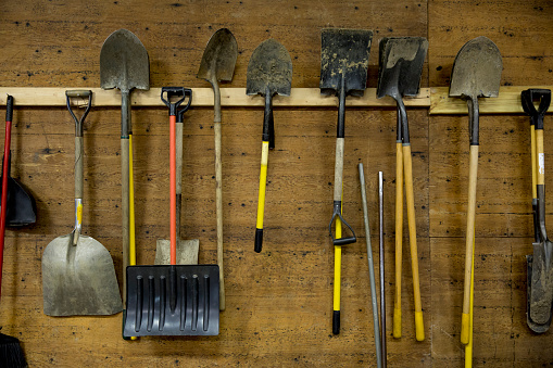 St「Shovels and tools hanging from hooks in shed」:スマホ壁紙(6)