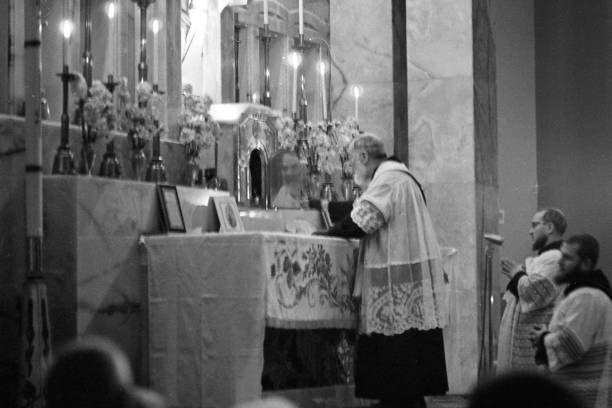 Padre Pio celebrates the mass at the Sanctuary of Saint Pio of Pietrelcina 1963:ニュース(壁紙.com)