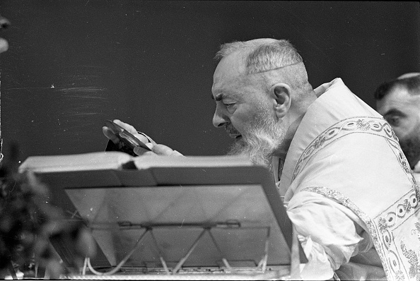 Religious Mass「Padre Pio celebrates the mass at the Sanctuary of Saint Pio of Pietrelcina 1966」:写真・画像(9)[壁紙.com]
