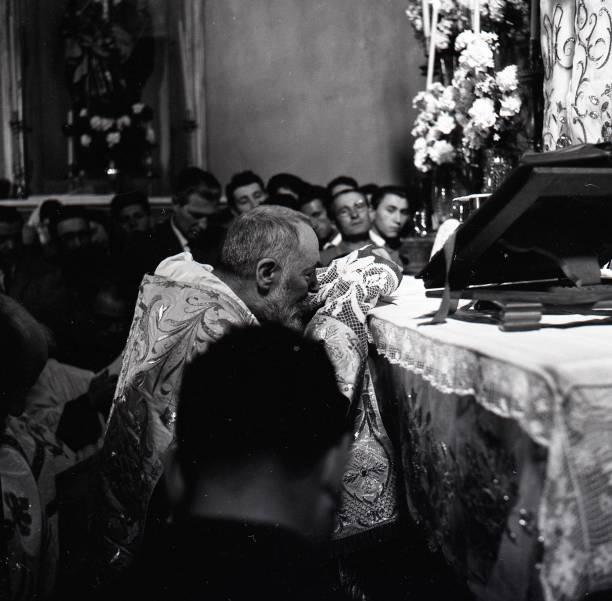Padre Pio celebrates Easter Mass at the Sanctuary of Saint Pio of Pietrelcina 1957:ニュース(壁紙.com)