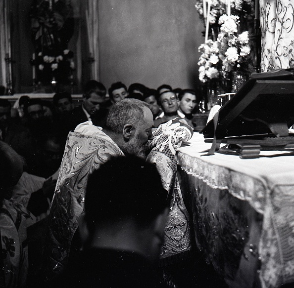 Religious Mass「Padre Pio celebrates Easter Mass at the Sanctuary of Saint Pio of Pietrelcina 1957」:写真・画像(8)[壁紙.com]