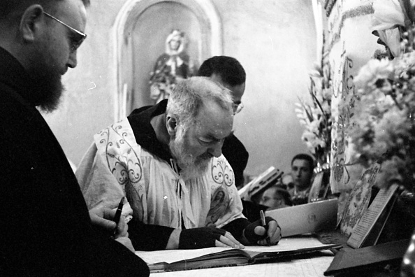 Religious Mass「Padre Pio celebrates a wedding at the Sanctuary of Saint Pio of Pietrelcina 1958」:写真・画像(3)[壁紙.com]