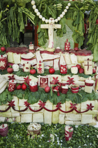 Art And Craft「Crucifix and religious carvings made from large radish」:スマホ壁紙(5)