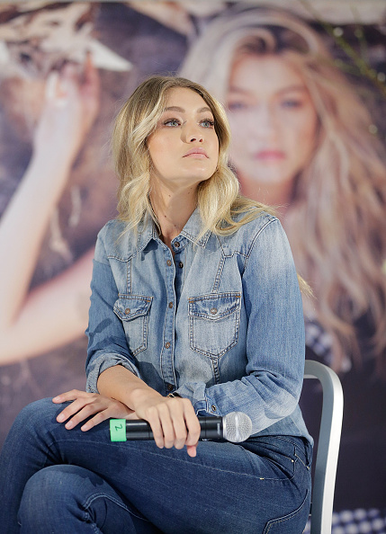Three Quarter Length「Gigi Hadid Greets Fans At Myer Macquarie Centre」:写真・画像(4)[壁紙.com]