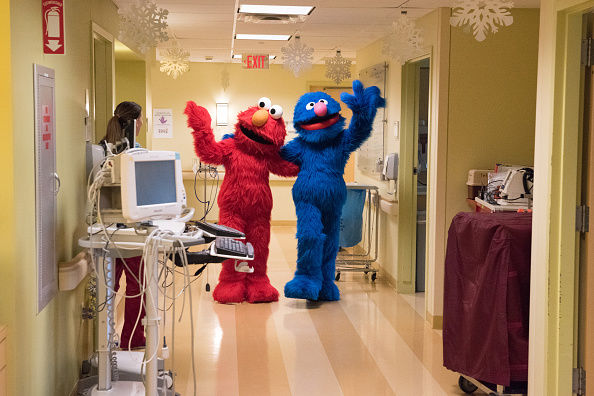 Visit「Elmo And Grover Visit Children From The Garden Of Dreams Foundation」:写真・画像(7)[壁紙.com]