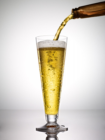 Pouring「beer on white background」:スマホ壁紙(1)