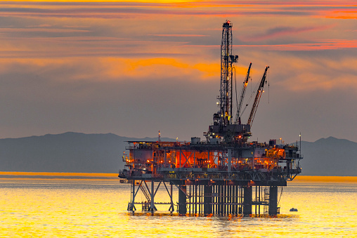 Water's Edge「Oil Rig and Surfer off the Huntington Beach in California」:スマホ壁紙(1)
