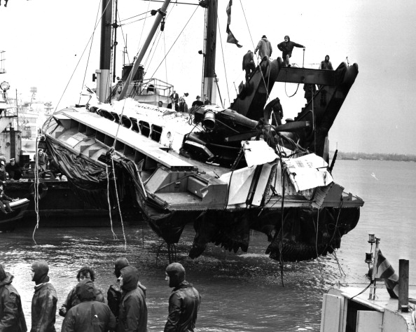 潜水「HOVERCRAFT WRECK LIFTED IN PORTSMOUTH」:写真・画像(19)[壁紙.com]