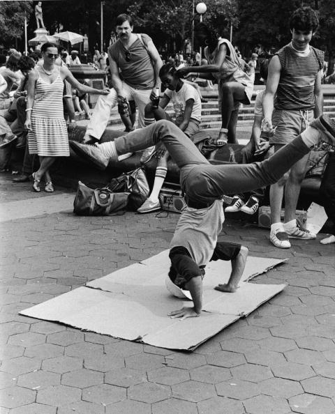 Washington Square Park「Breakdancing In Washington Square Park」:写真・画像(2)[壁紙.com]