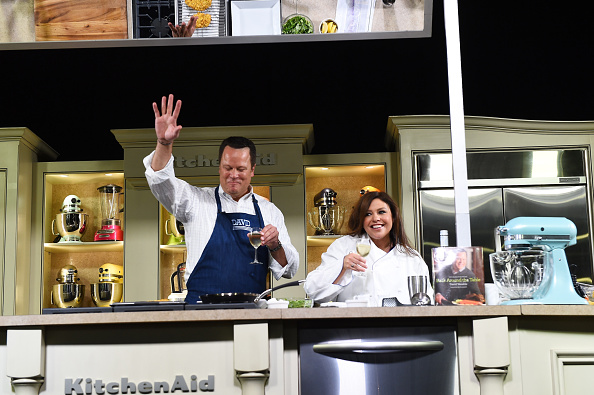 Larry Busacca「Grand Tasting Presented By ShopRite Featuring KitchenAid® Culinary Demonstrations Presented By MasterCard - Food Network New York City Wine & Food Festival Presented By FOOD & WINE」:写真・画像(15)[壁紙.com]