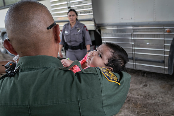 Border Patrol「US Border Patrol Receives Asylum Seekers In Texas' Rio Grande Valley」:写真・画像(14)[壁紙.com]