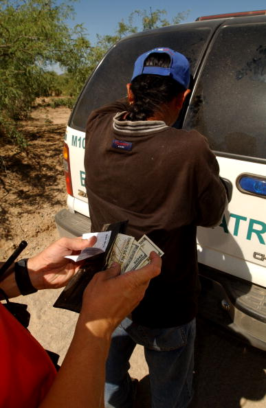 Wallet「Border Patrol BORSTAR Team Searches for Dying Illegal Immigrants」:写真・画像(5)[壁紙.com]