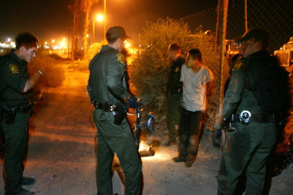 Arrest「Migrants Attempt To Illegally Cross Mexican Border Into California」:写真・画像(18)[壁紙.com]