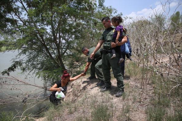 アメリカ合州国「U.S. Agents Take Undocumented Immigrants Into Custody Near Tex-Mex Border」:写真・画像(6)[壁紙.com]