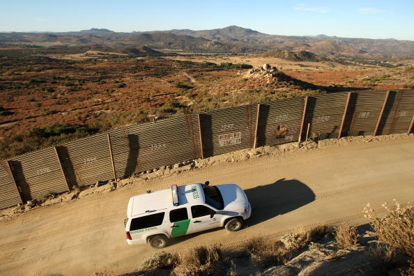 USA「Tension Rise On Mexican Border After Border Patrol Agent Slain Last Week」:写真・画像(8)[壁紙.com]