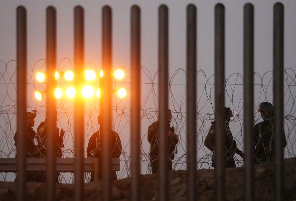 Border Patrol「Immigrant Caravan Members Gather At U.S.-Mexico Border」:写真・画像(5)[壁紙.com]
