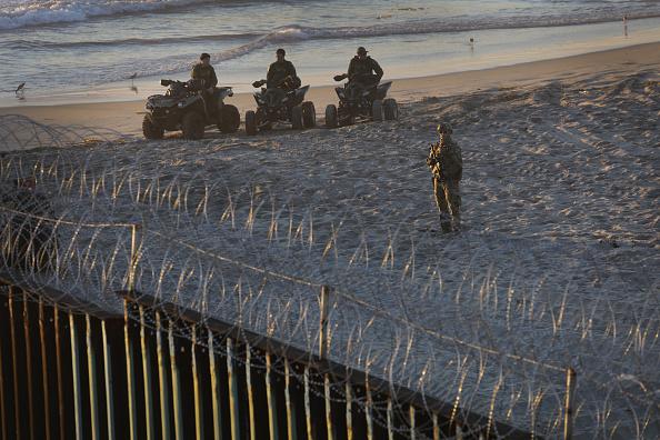 Tijuana「U.S. Fortifies Border Ahead Of Migrant Caravan」:写真・画像(19)[壁紙.com]