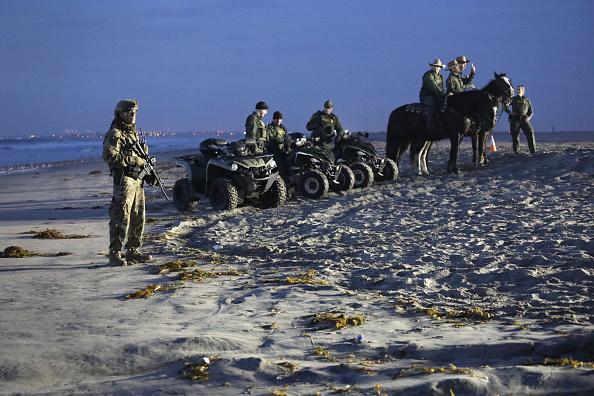 サンディエゴ「U.S. Fortifies Border Ahead Of Migrant Caravan」:写真・画像(10)[壁紙.com]