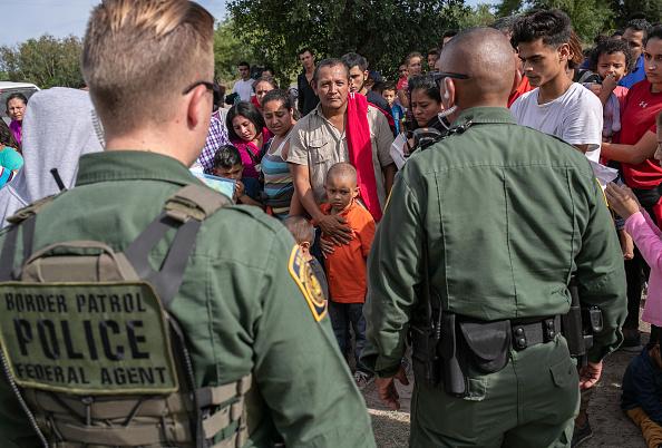 United States Border Patrol「US Border Patrol Receives Asylum Seekers In Texas' Rio Grande Valley」:写真・画像(4)[壁紙.com]