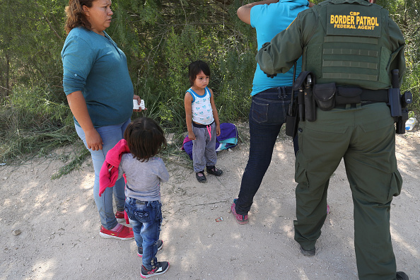 アメリカ合衆国「Border Patrol Agents Detain Migrants Near US-Mexico Border」:写真・画像(12)[壁紙.com]