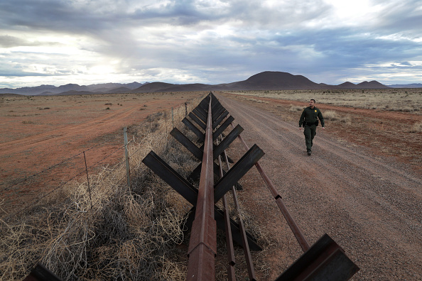 New Mexico「U.S. Customs And Border Patrol Agents Patrol Newly Active NM Borderlands」:写真・画像(2)[壁紙.com]