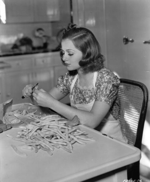 Salad「Hollywood-actress Eleanore Whitney concocts a bean-salad. Photograph. Around 1935.」:写真・画像(7)[壁紙.com]