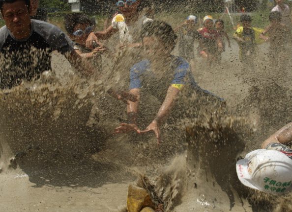 The Natural World「People Participate In Mud Festival in Himeji」:写真・画像(17)[壁紙.com]