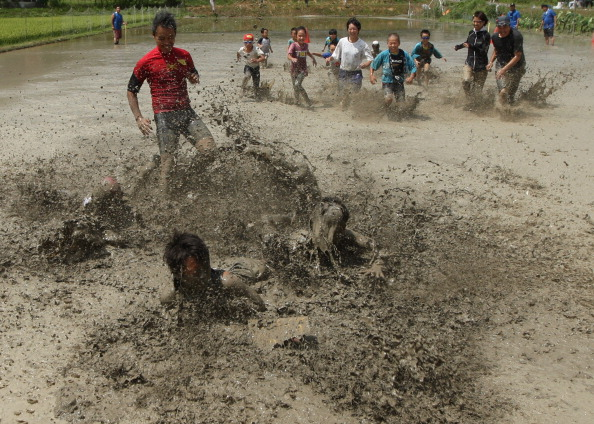 The Natural World「People Participate In Mud Festival in Himeji」:写真・画像(18)[壁紙.com]