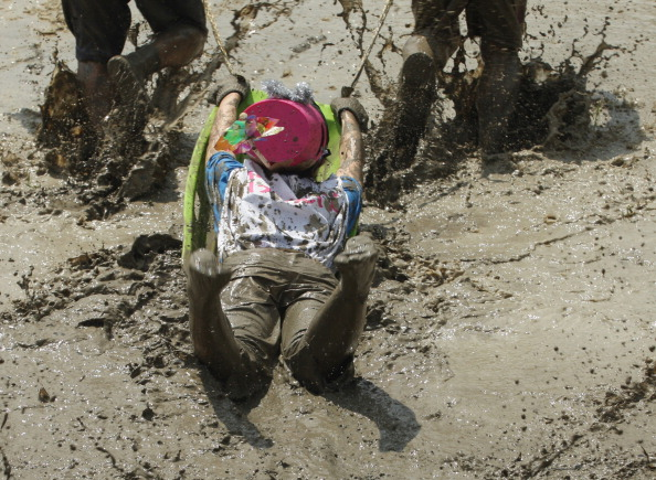 The Natural World「People Participate In Mud Festival in Himeji」:写真・画像(16)[壁紙.com]